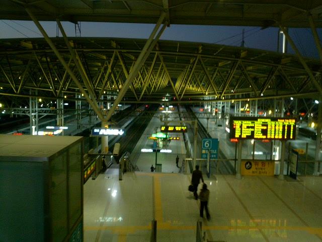 早朝のソウル駅構内